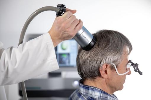behandlung-von-alzheimer-patienten-mit-stoßwellengeräten